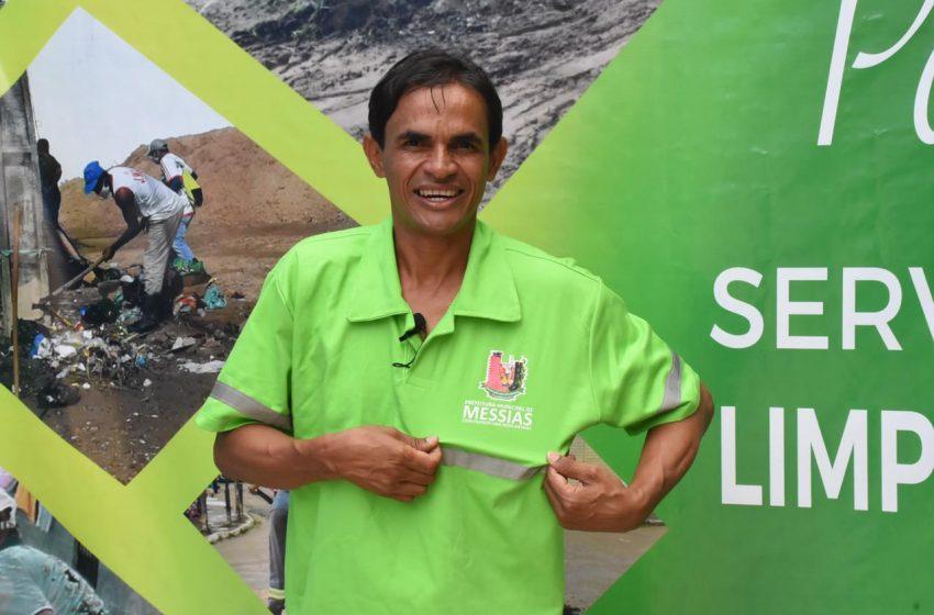 Prefeito, Marcos Silva se veste de Gari para entregar novos uniformes e EPIs aos trabalhadores da limpeza do município